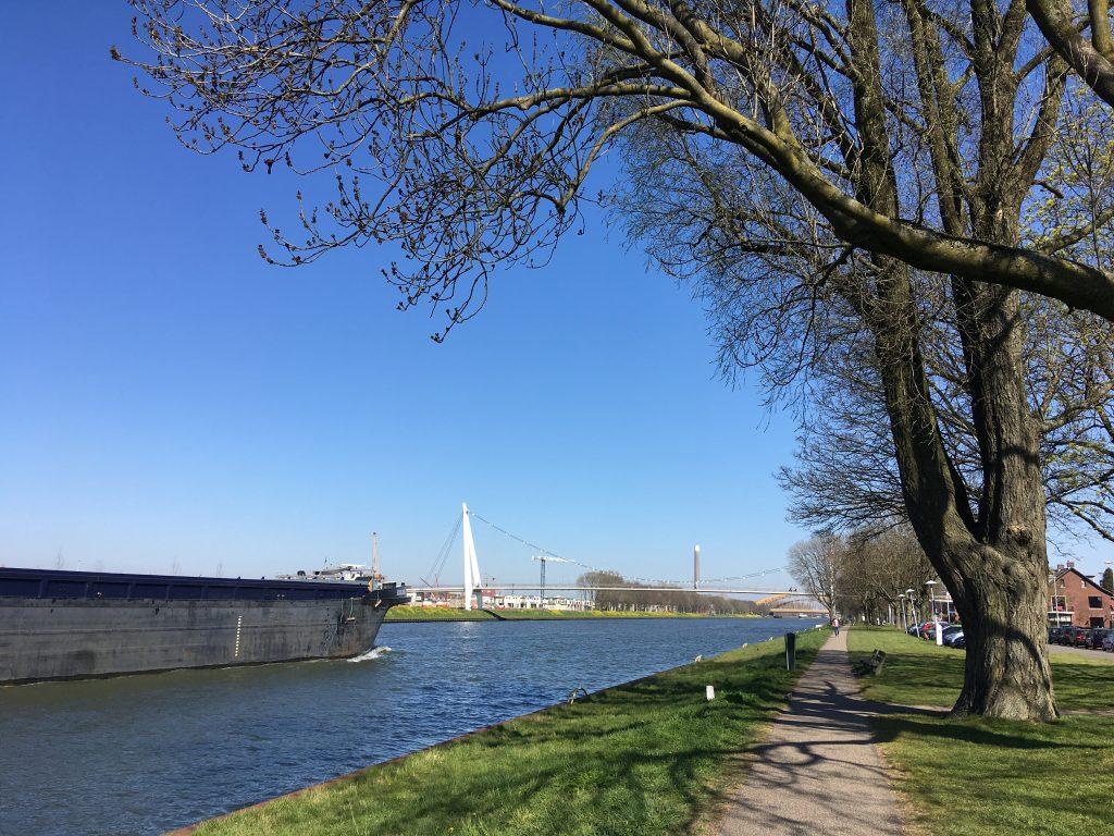 Het Amsterdam-Rijnkanaal met in de verte de Dafne Schippersbrug