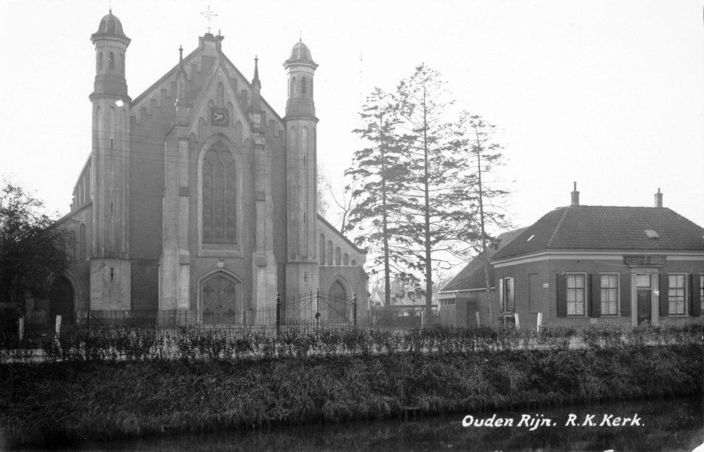 1930-1935 Gezicht op de voorgevels van de R.K.-kerk (Rijksstraatweg 20) en het café Van Beek (Rijksstraatweg 21) te Oudenrijn uit het noorden. Bron: Utrechts Archief.