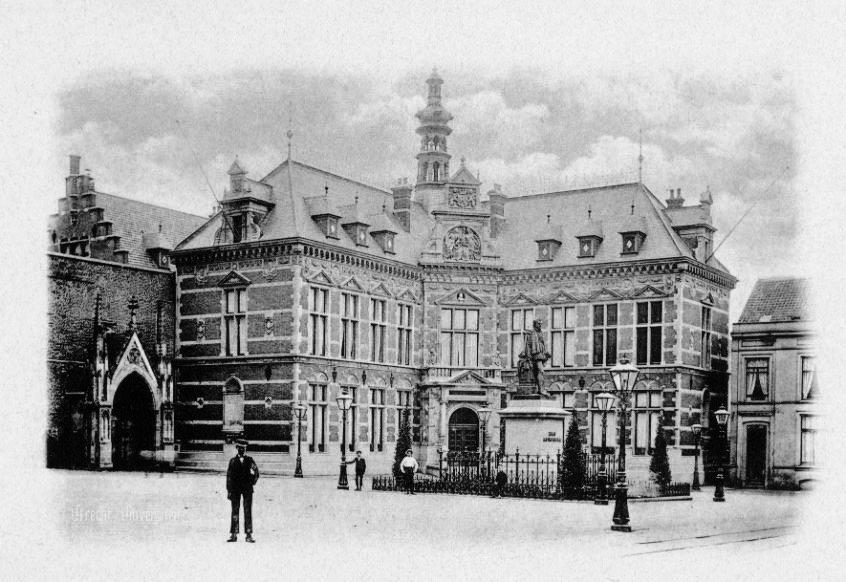 Gezicht op het academiegebouw aan het Domplein, tussen 1900 en 1905. Bonusaflevering 4 van DOMcast gaat over de oprichting van de Universiteit Utrecht.