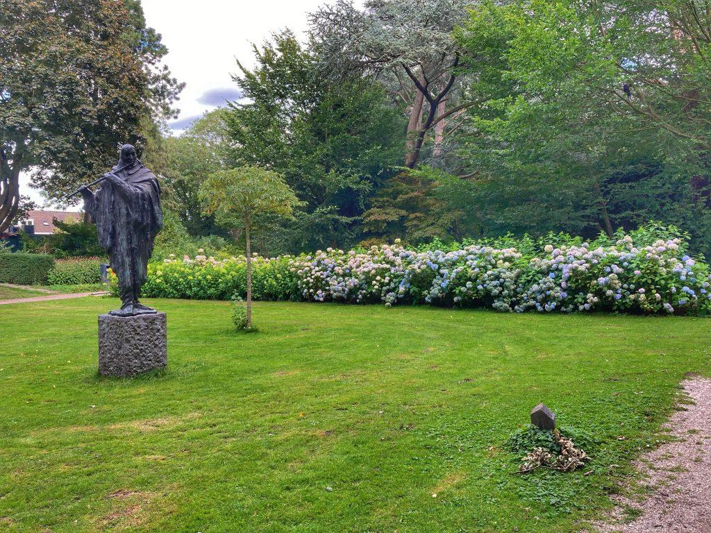 Julianapark - standbeeld + bloemen