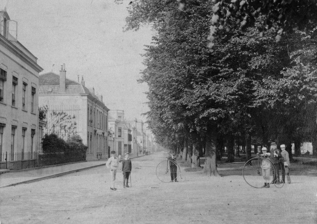 Foto van rond 1885 met kinderen op de Maliebaan die fietsen vasthouden. Bron: Utrechts Archief  221786.