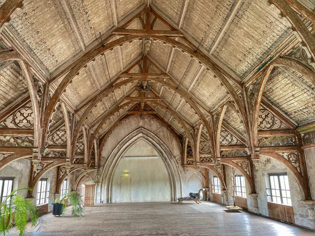 De prachtige zolder van de Metaal Kathedraal. Hier kun je trouwen.