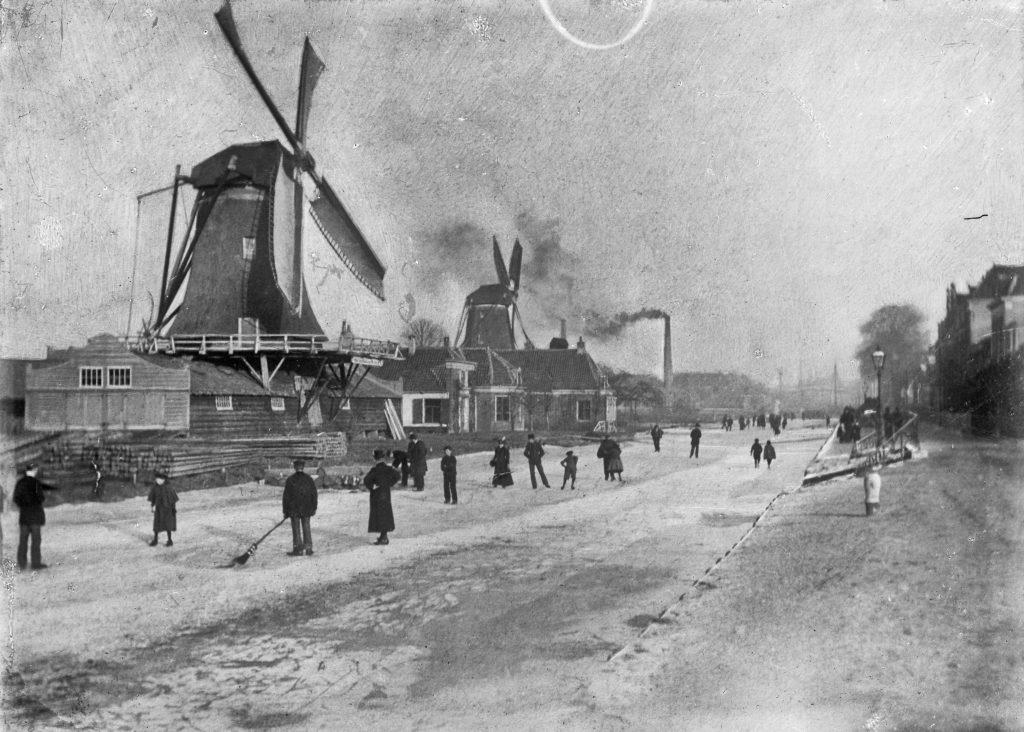 Foto genomen tussen 1900 en 1910. In de verte molen De Ster, op de voorgrond molen Bijgeval.