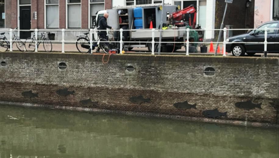 Metalen vissen, kunstwerk te zien aan de overkant van de Bemuurde Weerd Oostzijde in Utrecht.