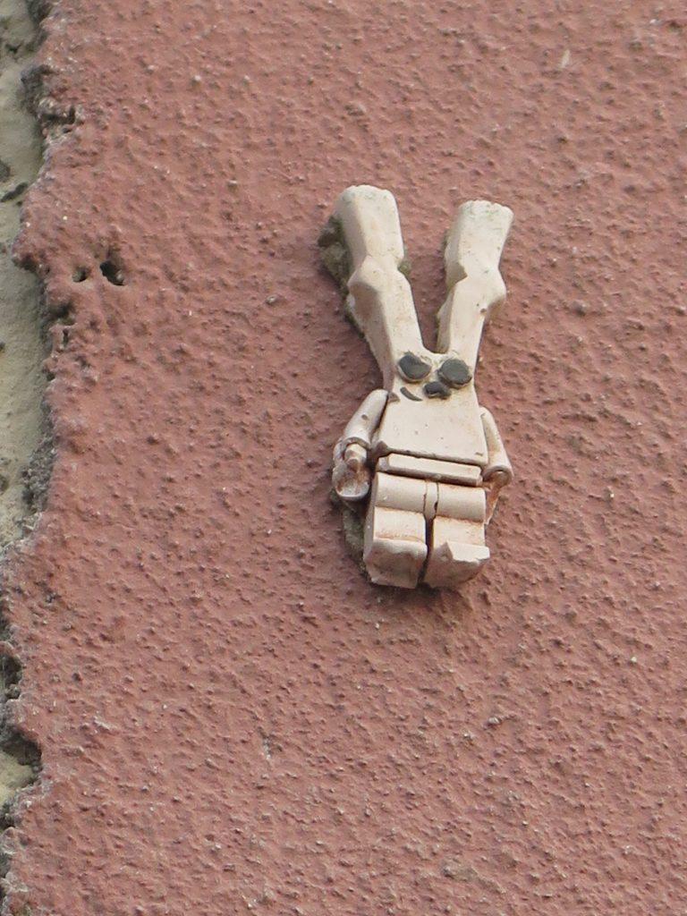Zoek het BunBun-Legopoppetje op de zijgevel van Lauwerecht 22, Utrecht.