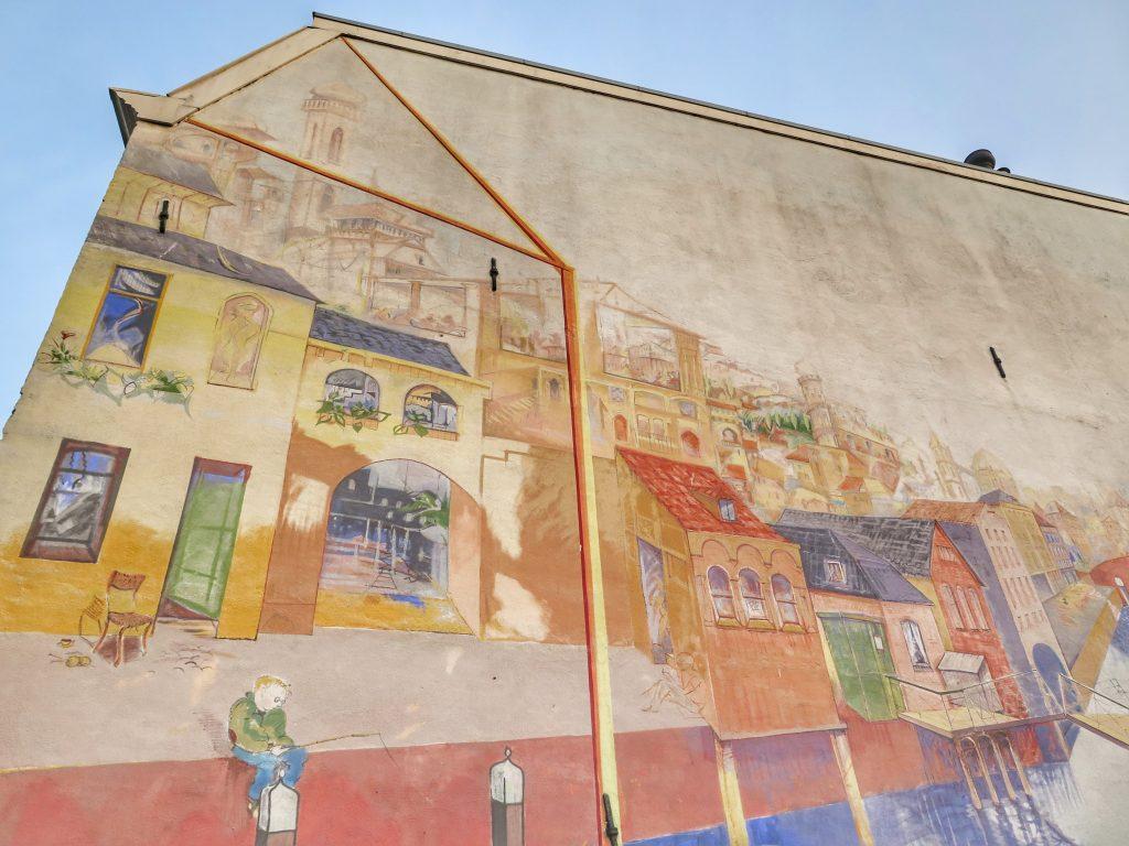 Grote muurschildering van Jos Peeters uit 1997 van huizen langs het water richting Dom. Zijgevel Lauwerecht 22, Utrecht.