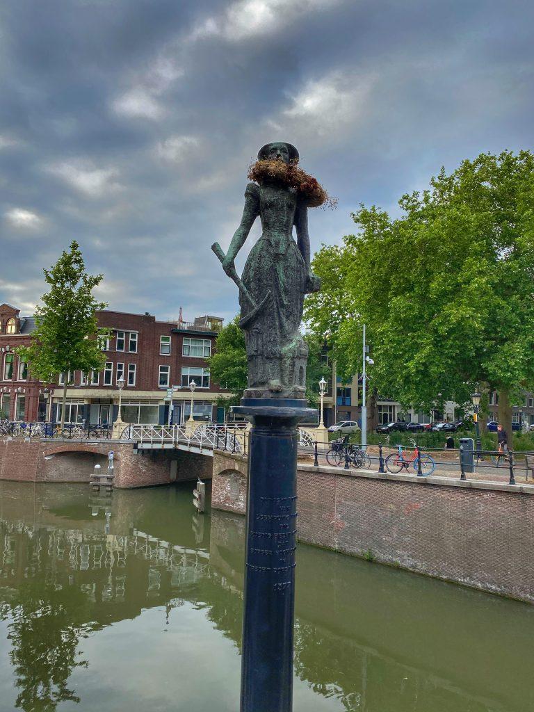 Standbeeld van Trijn van Leemput bij de Zandbrug, Utrecht.