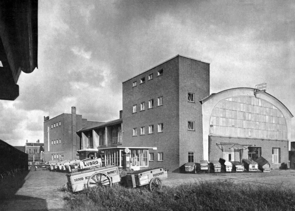 Foto: DUIC.nl. De Lubro-fabriek in 1950 met broodkarren op de voorgrond (gelegenheidsuitgave LUBRO, HUA)