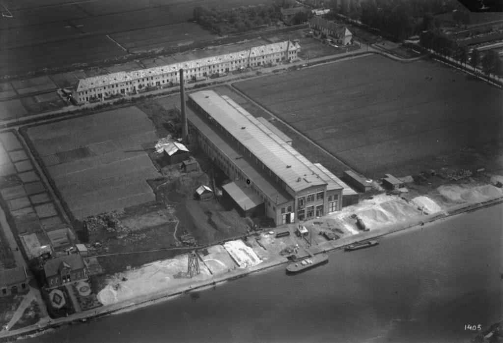 Luchtfoto uit 1924 van de N.V. Chemische Fabriek te Jutphaas uit het noordwesten. Op de voorgrond het Merwedekanaal. Dit gedeelte van de gemeente Jutphaas werd op 1 januari 1954 bij de gemeente Utrecht gevoegd. De weg op de achtergrond heet sinds 1930 Verlengde Hoogravenseweg.