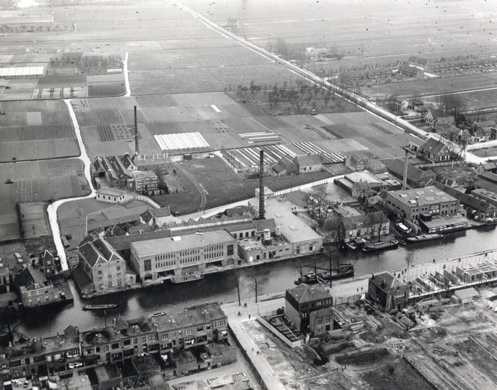 Luchtfoto van de Vaartsche Rijn uit 1929, de Jutfaseweg en de gebouwen van de Utrechtse Machinale Stoel- en Meubelfabriek  Pastoe in Utrecht vanuit het noordwesten.