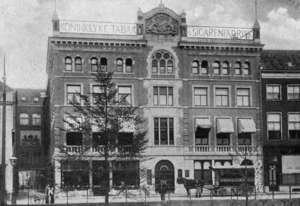 Foto uit 1913  van de fabriek van de Koninklijke Tabak- en Sigarenfabriek Peletier.