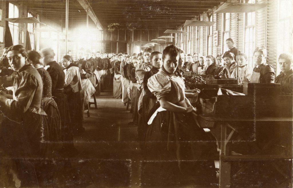 Foto uit 1885; de vrouwenzaal van de Koninklijke Tabak- en Sigarenfabriek Peletier.