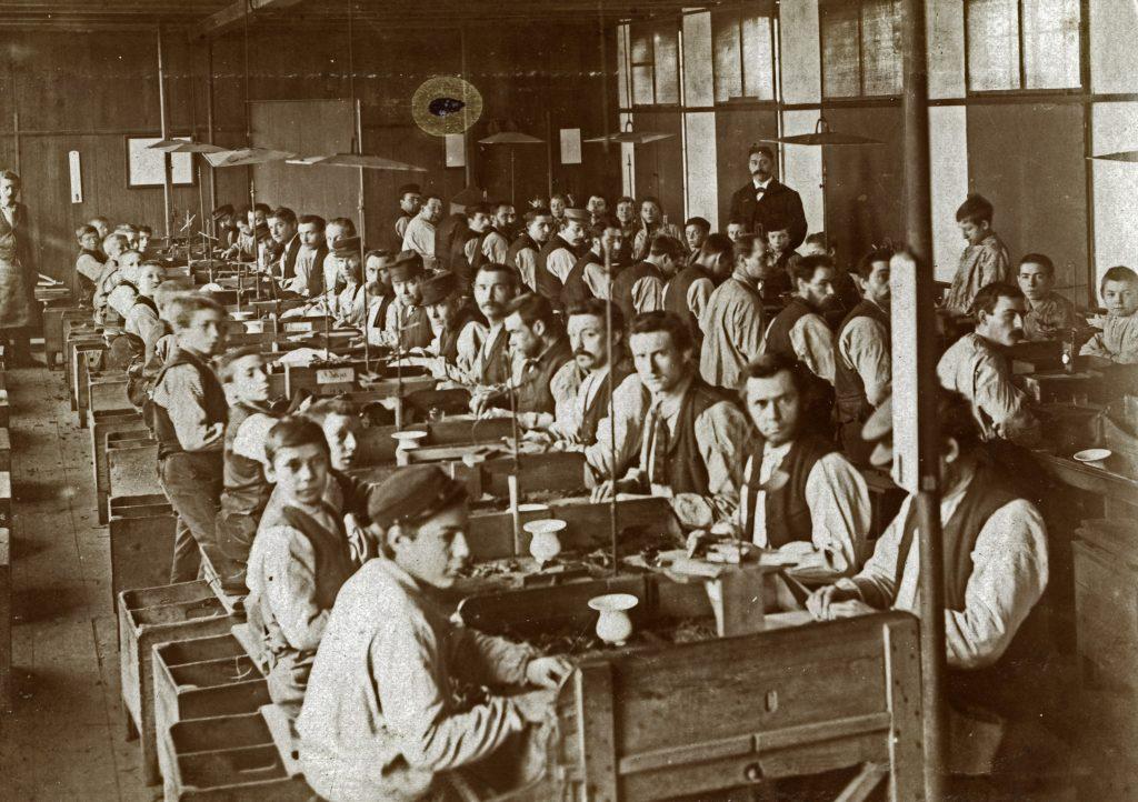 Foto uit 1885; de kleine mannenzaal van de Koninklijke Tabak- en Sigarenfabriek Peletier.