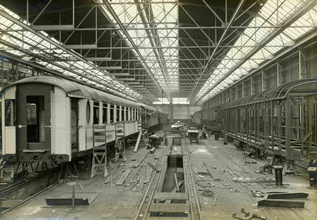 Afbeelding uit 1928 van de Werkspoorkathedraal: enkele in aanbouw zijnde rijtuigen bestemd voor de NS.