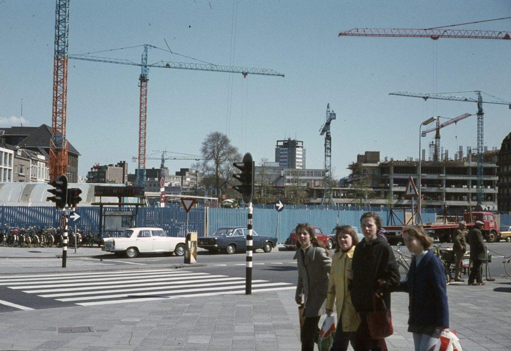 1971: stationsplein, de bouw van Hoog Catharijne is in volle gang!