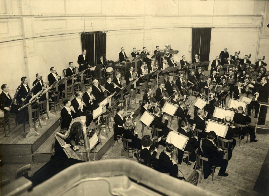 Het Utrechts Stedelijk Orkest op het podium van de grote zaal van Tivoli