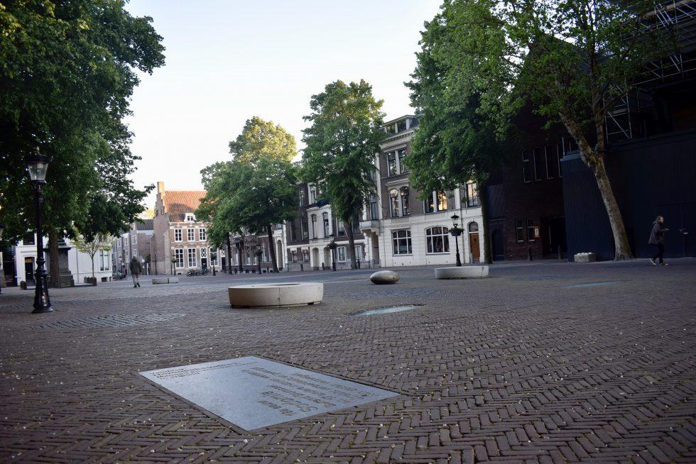 Gedenksteen op het Domplein die verwijst naar een grootschalige vervolging van homo's in 1730-1731.