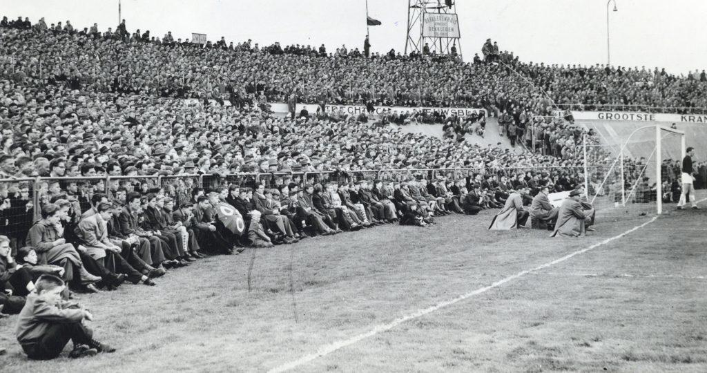 Voetbalwedstrijd rond 1955, stadion Galgenwaard in Utrecht.