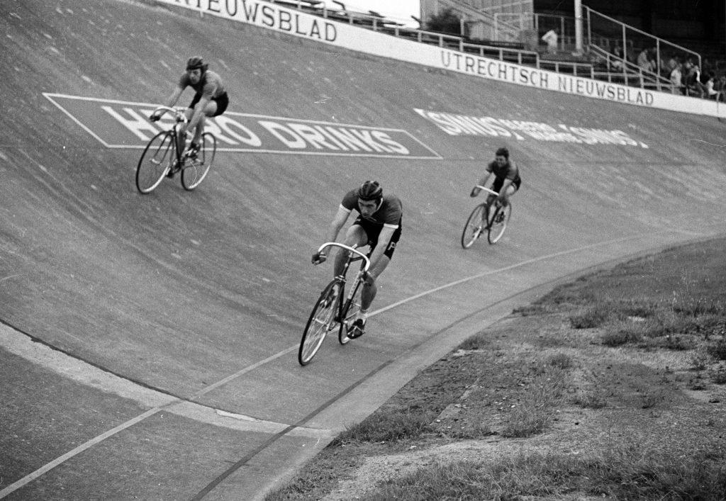 Dit moet je weten over FC Utrecht - wielrenners op de wielerbaan van het stadion Galgenwaard te Utrecht